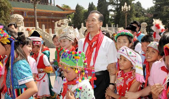 """庆六一""""活动的56个民族的近百名小学生代表共度""""六一""""国际儿童"""