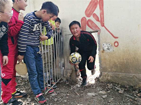 乡镇小学足球队获全国亚军 队员全是留守儿童