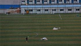 太热!学生在足球场上搭帐篷睡觉