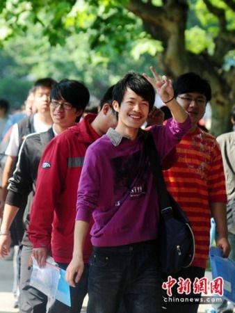 扬州高考首日秩序良好 三万考生笑脸相迎(图)