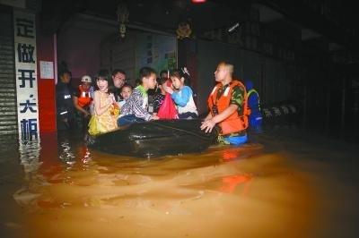 广东东莞35名师生因暴雨被困教室 水深齐腰被