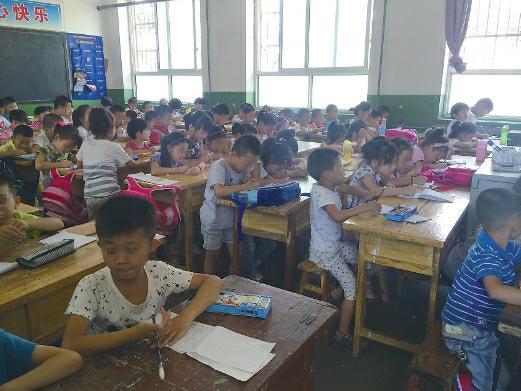 陕西一小学一间教室挤近百学生 有的站着上课