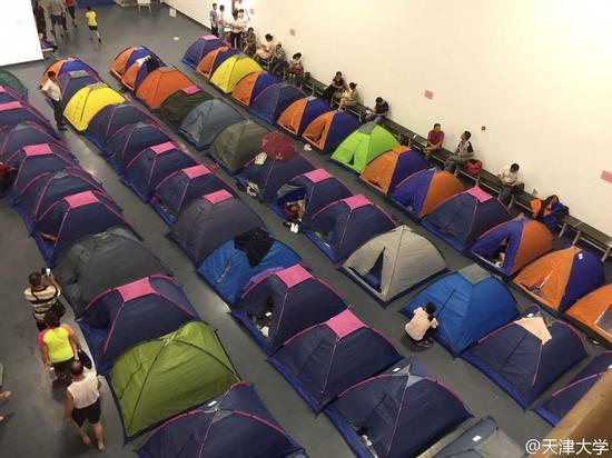 天津大学体育馆搭帐篷供新生家长住宿(图)
