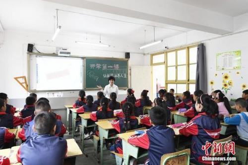 """报告显示中国中小学生学习时间过长,课外补习""""领跑全球"""""""