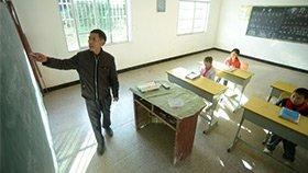 山村教师坚守33年 仅剩3名学生
