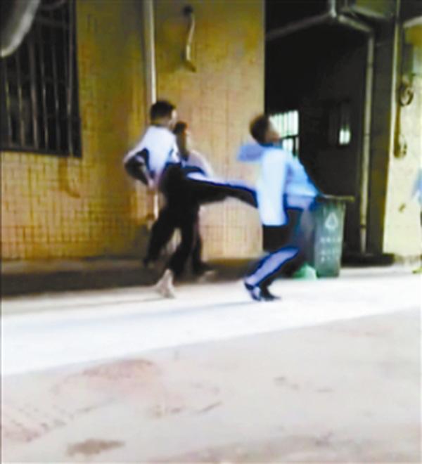 12岁少年被同学围殴 疑因举报收保护费遭报复