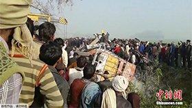印度一校车与卡车相撞 20余人死亡