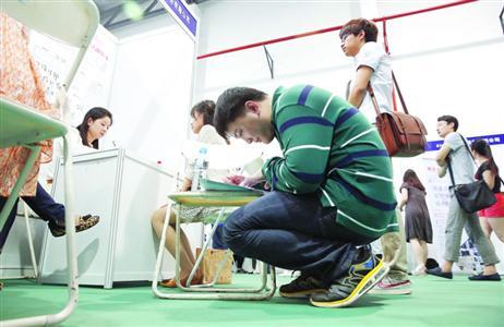 六成家长支持子女暂不就业:首选体制内工作