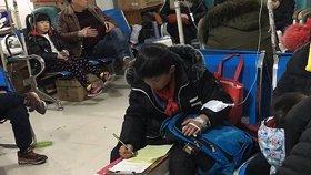 小学男生在医院边输液边写作业 老爸神补刀