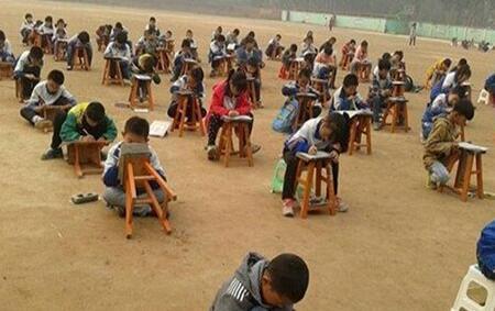 中学雾霾天组织480余名学生露天考试 校长停职