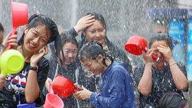 """华侨大学""""泼水节""""狂欢 学生互相追逐泼水"""