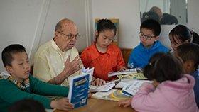85岁美国教授移居中国 免费教孩子学英语