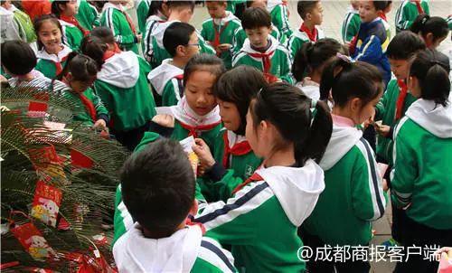 """这所小学开学第1天发3500个""""红包"""":可以免1天作业"""