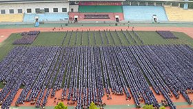 8000名新生军训会操 场面壮观