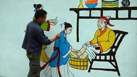 教师义务为母校作画 国学知识上墙