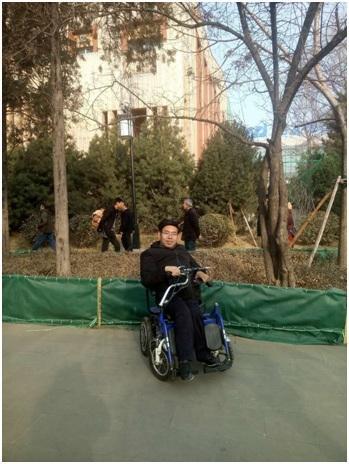 """""""轮椅教师""""直播教英语成网红 学生:更谢谢他教我怎样做人"""