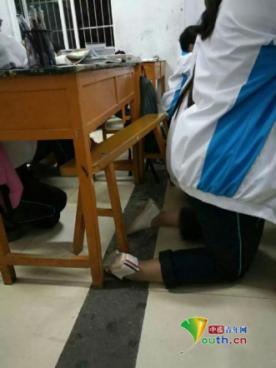 安徽高中被曝全班被罚跪 校方称是在整理抽屉