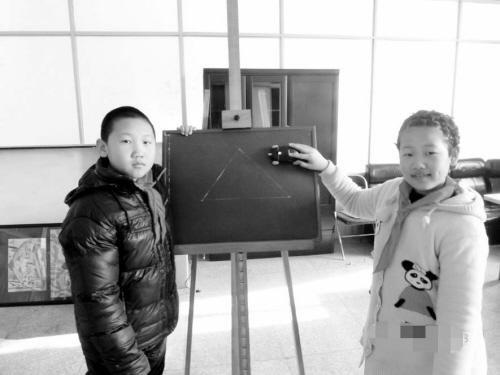 小学生发明单手画校长小学赠最美独臂直线神器凤起路图片