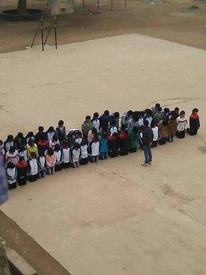 江西数十名中学生集体操场罚跪 涉事教师被停职