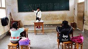 乡村百年老校仅剩一师二生 女老师身兼多职