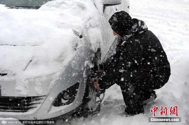 法国万余赴雪场游玩车辆被堵途中