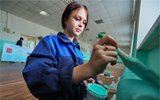 俄罗斯学生开学自己粉刷教室