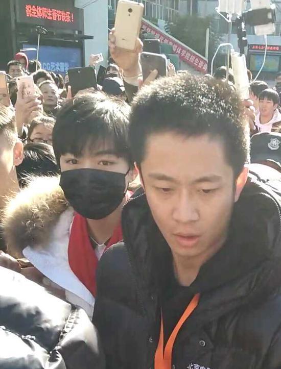 王俊凯来了 北京电影学院万人空巷(图)图片