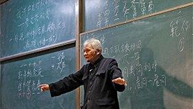 94岁教授站立两小时讲课,坚持手写板书