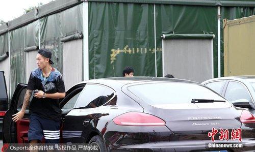 广州恒大队公开训练 恒大众将驾豪车抵达