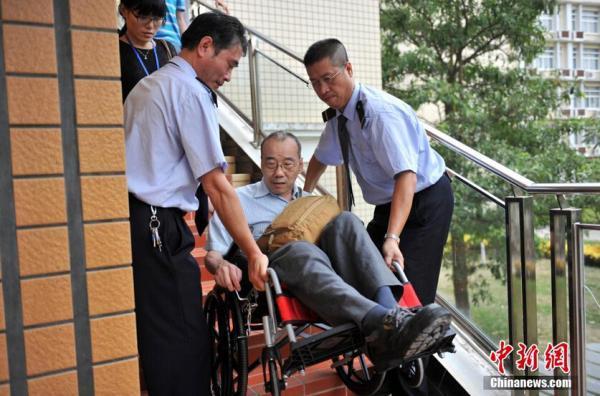 """台籍""""轮椅""""考生六赴大陆司考:已在台获法学硕士为追一个梦"""