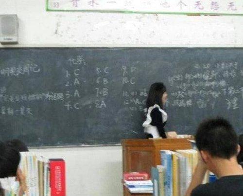 教师兑现承诺女仆装授课 网友:我被感动得哭了(组图)