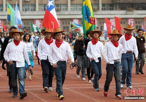 南京举行中学运动会 入场式创意大比拼(组图)图片