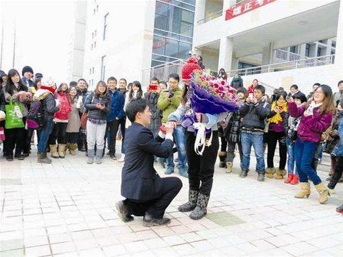 武汉一高校女孩考研结束 当天被学长回校求婚