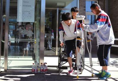 北京骨折高考生获助调整考场