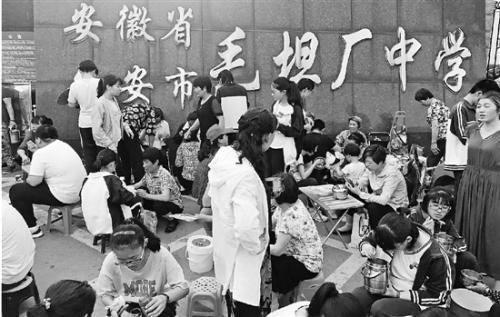 高考临近探访毛坦厂中学:家长边陪读边打工,比孩子还紧张