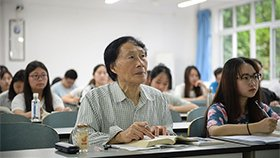 """83岁老人在大学课堂旁听一年多 """"同学""""都是孙子辈"""