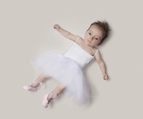 摄影师为儿童拍职业装照