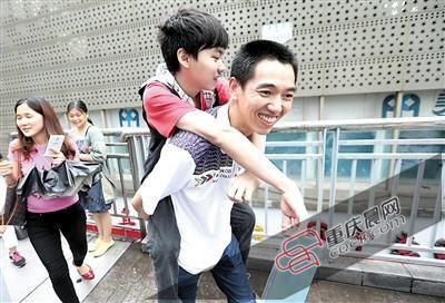 残疾男孩趴父亲背上高考 父亲:你想学我就背