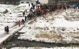 数百孩子每天走危桥上学