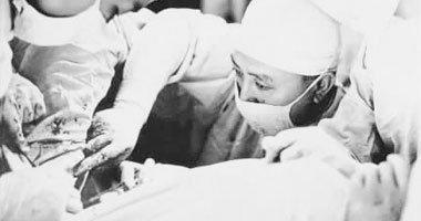 吴阶平专心致志地为患者做手术