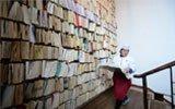 高校食堂千本图书装成订书墙