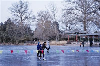 复旦大学学生在清华荷塘溺亡系因遇冰裂坠湖
