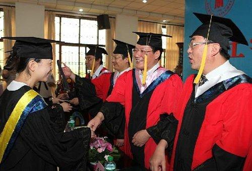 川大网络教育学院举行2011学士学位授位典礼