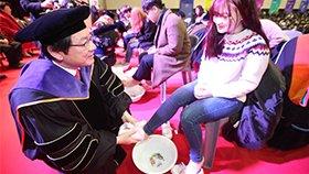 韩国大学校长教授跪地为新生洗脚