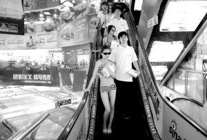 穿着比基尼到商场走秀 美女大学生很纠结(图)