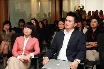 新东方精英英语翁云凯先生(右)和唐宁女士(左)
