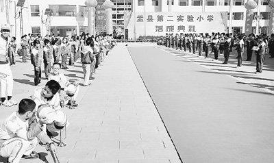 新学校落成典礼 700小学生烈日下苦等嘉宾2小时?