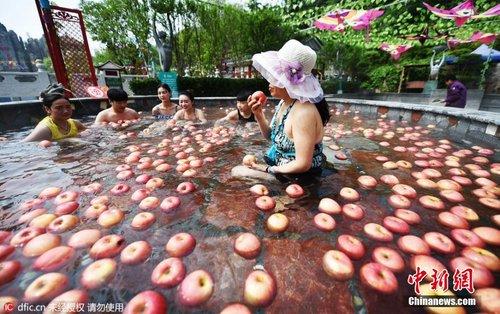 """洛阳一景区办奇葩""""温泉水果浴"""" 苹果黄瓜连泡带吃"""