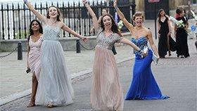 剑桥学霸也疯狂:考试后街头狂欢