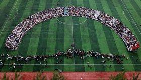 """高三学生""""超级毕业照""""2.5米长 2100多人集体同框"""